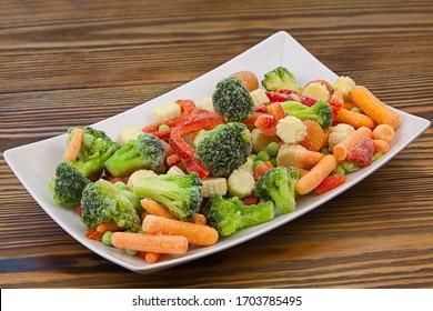 Gemüsepaprika, gefriert oder Tomaten, Maiserbsen, Paprika, auf einem Teller