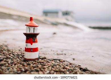Frostes Wintermeer mit dekorativem Leuchtturm. Nautischer Lebensstil. Winter, Meer, Reisen, Abenteuer, Urlaub und Urlaubskonzept. Reise 2021