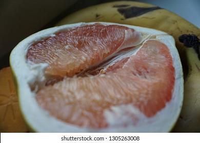 Frucht Pomelo frisch aufgeschnitten Hälfte