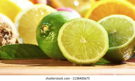 Fruit lime with sliced lime slices.