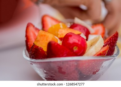 The fruit salat prepared in the glass bowl