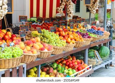 Fruitkraam op de Italiaanse stadsmarkt