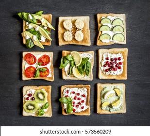 фруктовые овощи бутерброды на темной поверхности сверху вид