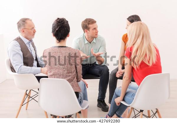 Frustrierter Typ berät über Therapiesitzungen