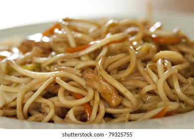 Fry noodles with chicken meat and vegetable