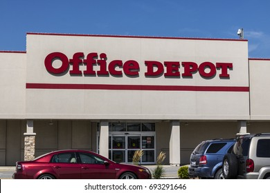 Ft. Wayne - Circa August 2017: Office Depot Strip Mall Location. Office Depot has combined annual sales of approximately $11 billion IV