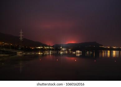 Fuego de un incendio forestal en las inmediaciones de Castrelo de Miño