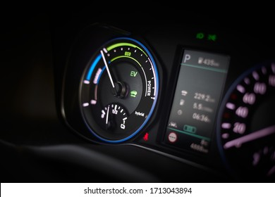 Fuel consumption efficiency indicator in a hybrid car