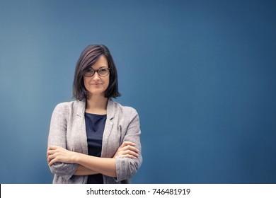 Vollständige Geschäftsfrau und weibliche Führungskraft. Portrait von selbstbewussten Unternehmerinnen mit Armen gekreuzt Blick auf die Kamera. Kopiert Platz.