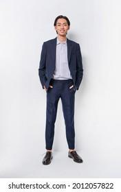 Vollkörper Portrait-junger Geschäftsmann in blauem Anzug, gestreiftes Hemd, blaue Hose im Studio