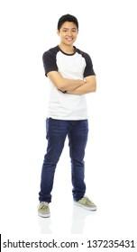 Captura completa de un adolescente con atuendo casual