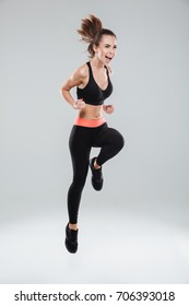 Full length picture of screaming fitness woman over gray background
