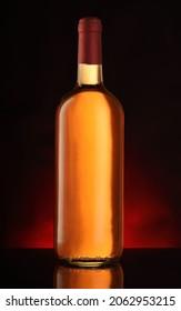 黒い背景に赤いグラデーションの付いたフルワインボトル