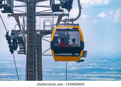 the funicular descends to the foot of the mountain in the Polish mountains, the funicular opposite the blue sky in the mountains, a trip to the mountains