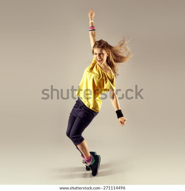 Funk danstraining. Portret van jonge sportieve vrouw in beweging. Zumba. - Ja