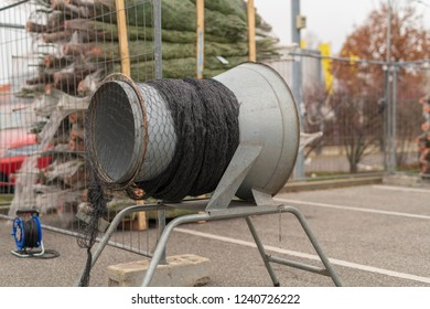 Funnel for inserting the Christmas tree into the carrying net