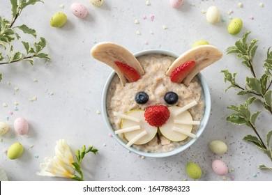 Drôle bol de flocons d'avoine avec des fruits pour les enfants Petit déjeuner de Pâques