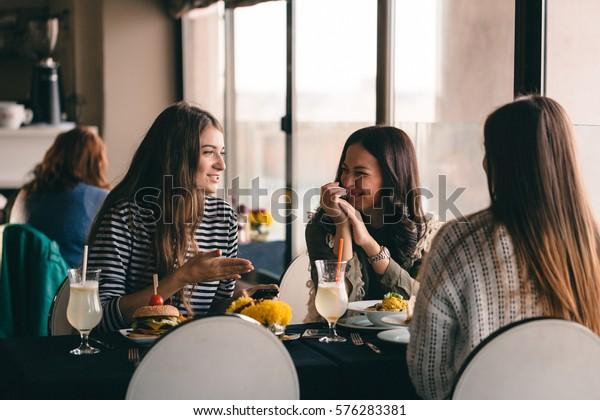 おいしい食べ物を食べて休憩するために、おかしな女の子が昼休みに集まる。女の子は、おしゃれやスタイルの変化を考えて、ふざけたり、新しい髪型を体験したりします。