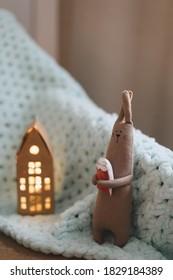 Hübsches, handgefertigtes Kaninchenspielzeug. Hausdekoration, gemütliches, handgefertigtes Spielzeug, Kinderzimmer. Thunfischgeschenk- oder Weihnachtsgeschenkkonzept
