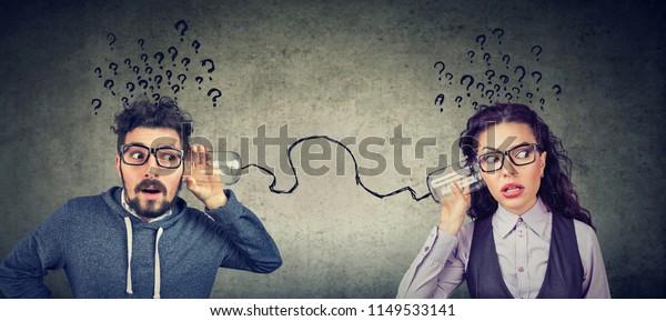Aussehender Mann und Frau mit gestörter Kommunikation