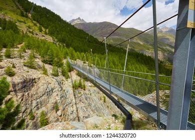 Hängebrücke, Hängebrückenweg Furi, Zermatt-Furi, the suspension footbridge, 100 m long, leads 90 m above the ground to barbecue areas, a playground and the Dossen glacier garden, Switzerland, Europe