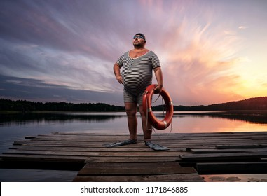 Grosse surcharge, nageur rétro au bord du lac, au coucher du soleil avec espace pour copie