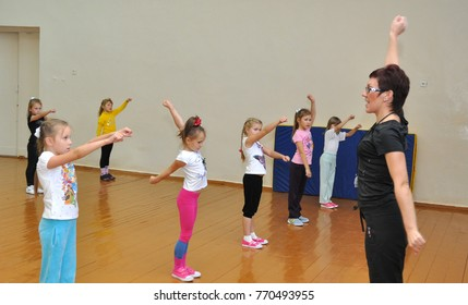 Gadjievo, Russia - Oktober 12, 2011: Lesson of physical education in the fourth grade school number 279