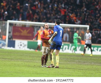 Galatasaray defeated Juventus 1-0 in the Champions League at the Istanbul Turk Teletom Arena Stadium, which was postponed due to snow on December 11, 2013. (L) Wesley Sneijder, Gianluigi Buffon.