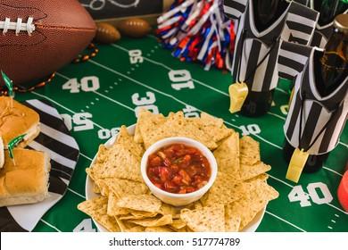 Table de football du jour du match avec bière, frites et salsa.