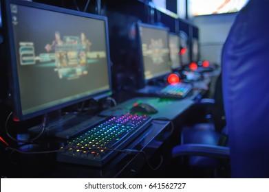 gamer computer online in internet cafe