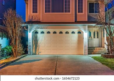 Puerta de garaje en casa de lujo en Vancouver, Canadá.