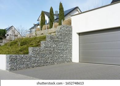 Garteneinfahrt und Gabionenwand