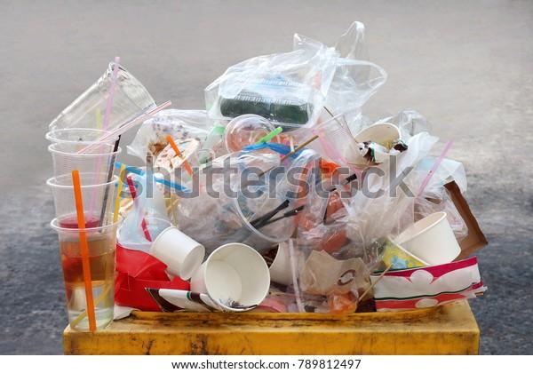 Müll, Beutel, Plastikabfälle, Mülldeponien Plastikabfälle Plastikabfall Flasche und Beutel Schaumstofffach viele auf bin gelb, Plastikabfall Verschmutzung