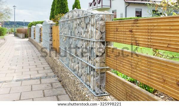 Photo de stock de Clôture de jardin avec gabions (modifier ...