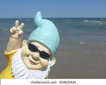 Garden Gnome auf See macht Friedenszeichen