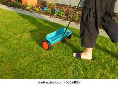 Gardening - fertilizer spreader for small gardens