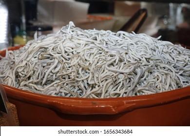 Knoblauch Angulas (Baby Eels) - Traditionelle spanische Tapas. Madrid