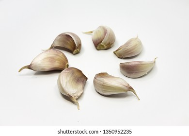Garlic cloves in a concentric circle
