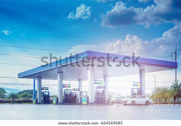 Tankstelle mit Wolken und blauem Himmel