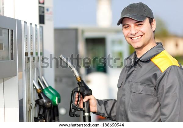 Tankstellenbetreuer am Arbeitsplatz