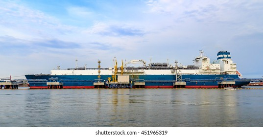 Gas storage and liquefaction ship