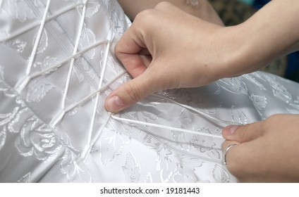 Gathering of the bride: a dress lacing.