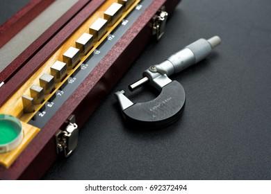 Gauge block set and optical flat for calibration micrometer