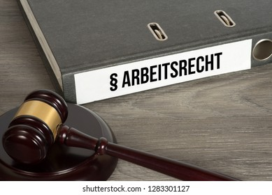 A gavel and a folder with the german word for labor law