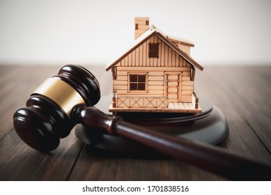 Schutzhammer und Holzhaus