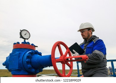 Gaz operator, The operator anneals the gas well with a torch.Operator technologist, production gas, a gas Wells operate on technology mode, Monitoring the operation of a gas well.