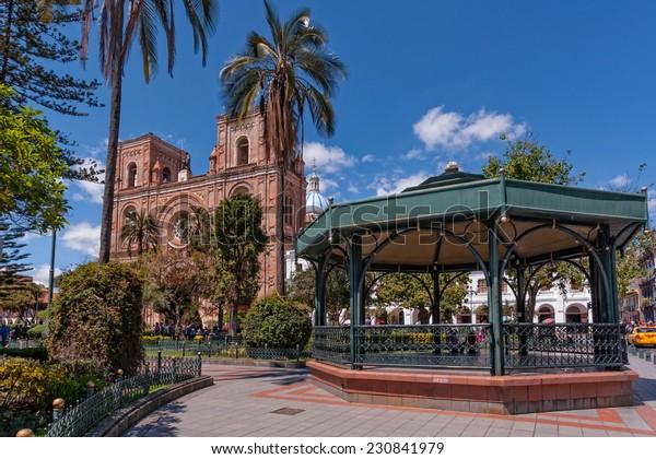 パーク・カルデロンのガゼボとラ・カテドラル・デ・インマクラダ・コンセプシオンまたは新しい大聖堂を背景に。 エクアドル,クエンカ。