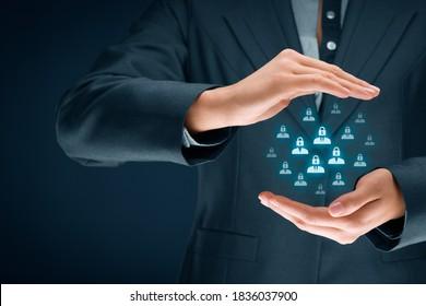 GDPR-Konzept (allgemeine Datenschutzregelung). Geschäftsfrau oder IT-Technikerin mit Schutzgesten und Symbolen von Menschen mit Schloss statt Kopf.