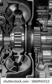 Getriebequerschnitt, Triebwerksindustrie, Sprosser, Zahnräder und Kfz-Lager für übergroße LKW und Baufahrzeuge, selektiver Fokus, monochrome Schüsse