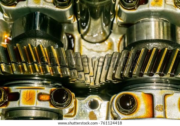 Zahnräder in Automotoren mit Schmieröl zur Reparatur.